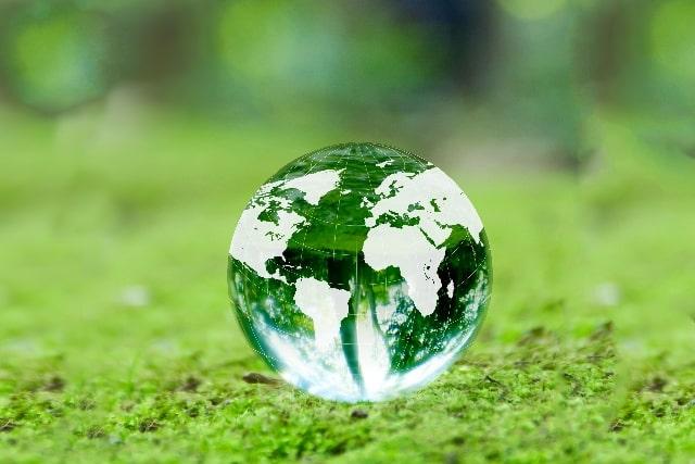 芝生の上のガラスの地球