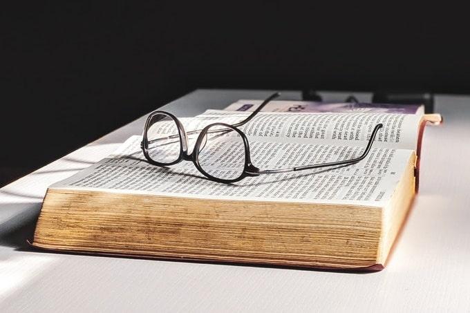 開かれた本の上に置かれたメガネ